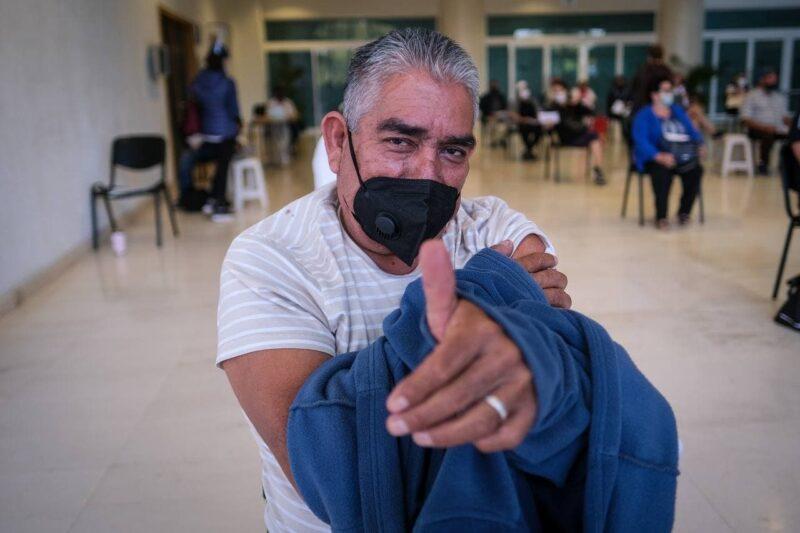 Benjamín, la primera persona mayor vacunada contra el #COVID19 en Puerto Vallarta