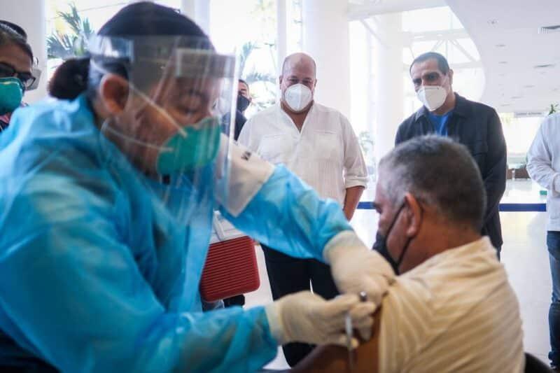 Aplicación de primer vacuna de covid en Puerto Vallarta
